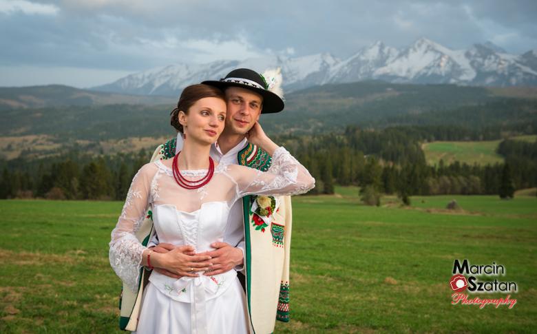 tradycyjne stroje góralskie na tle tatr